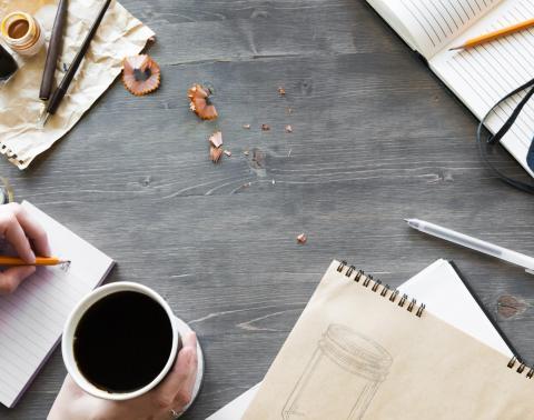 tafel met pen papier en koffie
